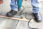 údržbář pomocí vrtáku — Stock fotografie