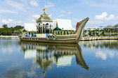 Royal barge at Masjid Sultan Omar Ali Saifuddin Mosque in Bandar — Stock Photo