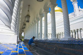 Man takes ablution at Masjid Sultan Omar Ali Saifuddin Mosque in — Stock Photo