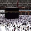 Muslim pilgrims circumambulate the Kaaba at Masjidil Haram in Makkah, S.Arabia — Stock Video
