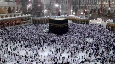 Muslim pilgrims circumambulate the Kaaba at Masjidil Haram in Makkah, Saudi Arabia — Stock Video