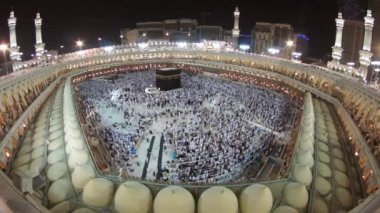 Muslim pilgrims circumambulate Kaaba at Masjidil Haram circa in Makkah, S. Arabia — Stok video