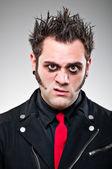 Junger mann, gekleidet wie ein emo goth. — Stockfoto