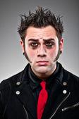 Ung man klädd som en emo goth. — Stockfoto