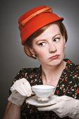 Retro mujer juicio mientras bebe té — Foto de Stock