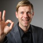 giovane uomo caucasico dando il gesto della mano OK — Foto Stock