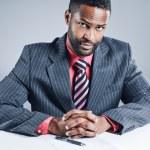 Africký americký podnikatel podepsání smlouvy — Stock fotografie
