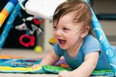 Baby spielt auf einer dschungel-matte — Stockfoto