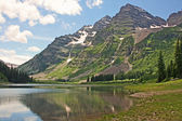 Maroon Bells and mirror reflection in Crater Lake — Stock Photo