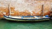 Motorboat on the background of an old brick wall, Venice, Italy — Stockfoto