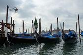 Gôndola de manhã num canal no centro de veneza, andre — Fotografia Stock