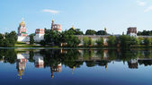 Novodevichy Convent and its mirror image on the water surface, M — Stockfoto