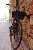 Bicycle with a wicker basket with old brick walls, Verona, Italy — Stock Photo