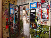 BERLIN-DECEMBER 17. graffiti and posters in the alley in berline — Stock Photo