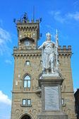 Palácio público e a estátua da liberdade em san marino. europa. — Foto Stock