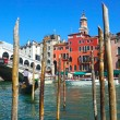 Gondola and famous Rialto Bridge in Venice, Italy — Foto de Stock