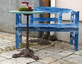 Bleu banc et une table devant un café — Photo