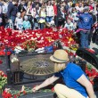 YAROSLAVL, RUSSIA-MAY 9. Laying flowers at the monument to the f — Stock Photo #49307039