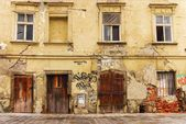 Facade of the old dilapidated house — Stok fotoğraf