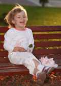 The girl in park on a bench. — Stock Photo