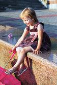 Portrait de la jeune fille sur le quai de granit. — Photo