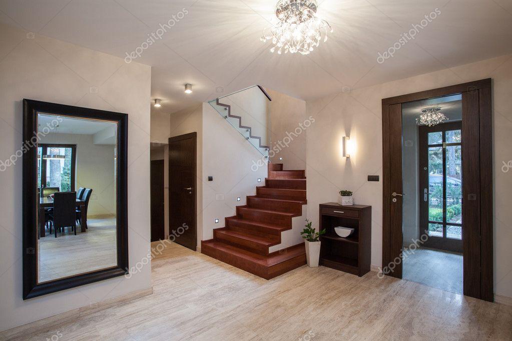 Дизайн в маленькой прихожей в частном доме