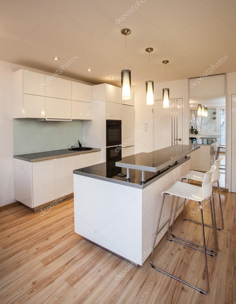 Snygg platt - kök med vita färger — Stockfotografi © photographee ...
