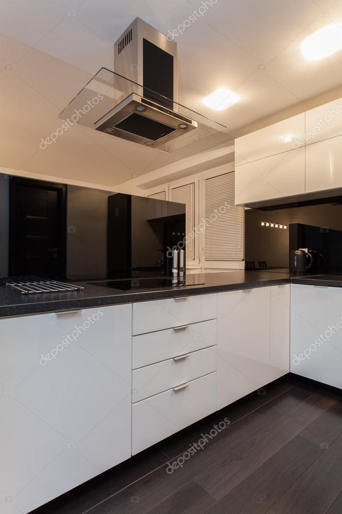 Appartement minimaliste comptoir de cuisine photo - Comptoir de cuisine noir ...
