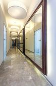 Ogromne lustro w korytarzu nowoczesny dom — Zdjęcie stockowe