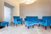 Niebieskie meble, kanapa i pufy — Zdjęcie stockowe