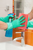 Cleaning a mirror — Stock Photo