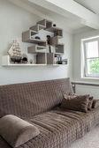 ビンテージ マンション - 茶色のソファ — ストック写真