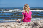 Girl watching the seawaves — Stock Photo