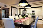 Miejskim mieszkaniu - kuchnia z dużym stołem — Zdjęcie stockowe