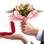 求婚戒指和花 — 图库照片