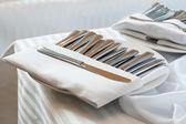 Zilveren bestek op tafel — Stockfoto