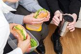 Kolegové, jíst zdravé oběd — Stock fotografie