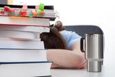 过度劳累的学生与咖啡 — 图库照片