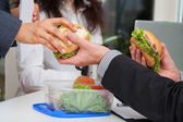 Rozdělit pracovní oběd s partnery — Stock fotografie