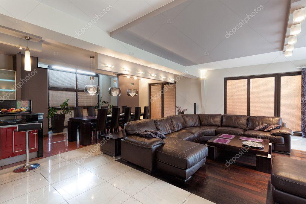 Spaziosa sala soggiorno in una casa di lusso foto stock for Disegni di lusso di una storia a casa