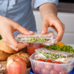 Woman preparing takeaway meal — Stock Photo #33911815