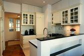 Kuchnia w bieli i ecru — Zdjęcie stockowe