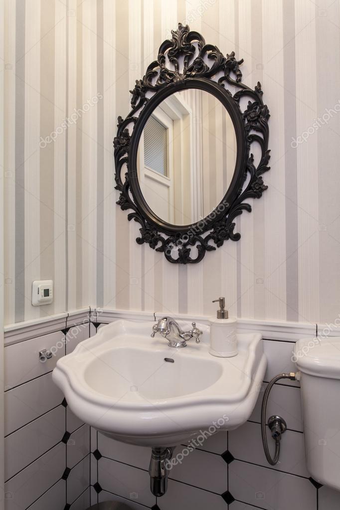 Banheiro vintage com um espelho — Fotografias de Stock © photographeeeu #341 -> Pia Banheiro Oval