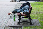 Drunkard on bench — 图库照片