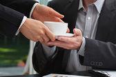 Secretaris serveren een koffie aan haar baas — Stockfoto
