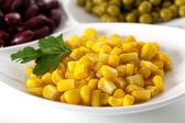 Žlutá kukuřice na bílém štítku — Stock fotografie