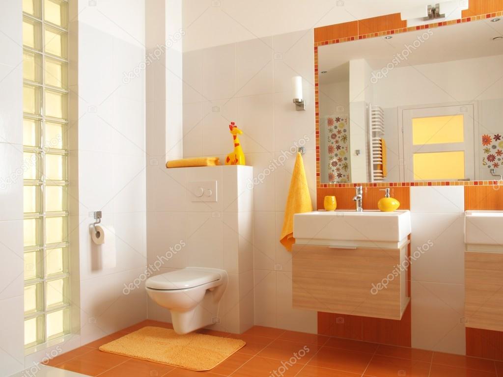 Färgglada barn badrum med toalett — stockfotografi © photographee ...