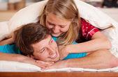 Mujer despertando su novio — Foto de Stock