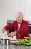 奶奶做饭 — 图库照片