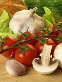 Tomatoes, garlic and mushrooms — Stock Photo